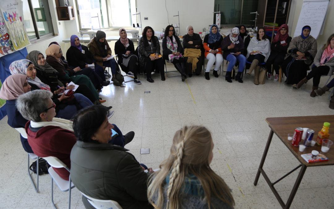 الرواد تنفذ نشاط تفريغي وتوعوي للنساء في مخيم عايدة.