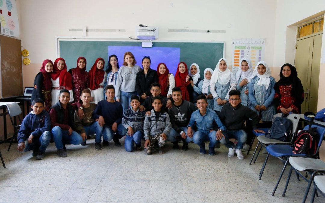 الرواد تشارك في ورشة عمل لتبادل الثقافات في المدارس