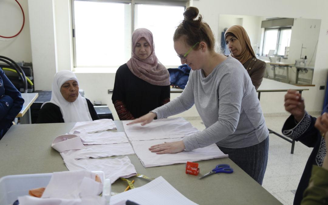 ورشة عمل لاعادة تدوير الملابس للنساء في مخيم عايدة