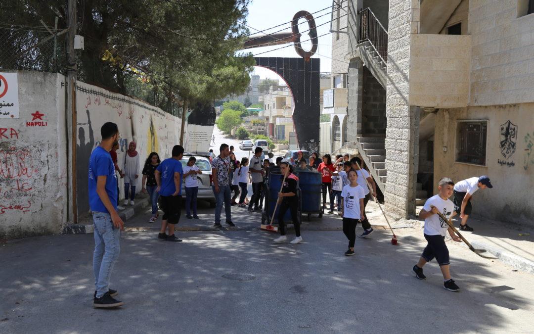 الرواد تنفذ يوم عمل تطوعي للاطفال في مخيم عايدة.