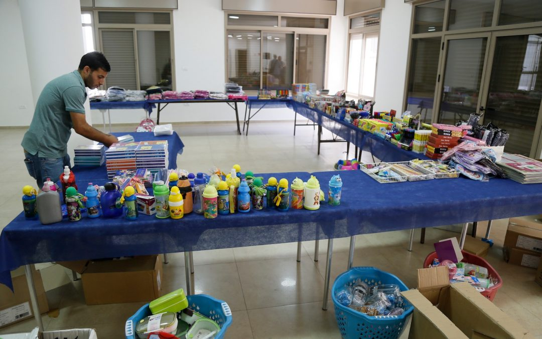 الرواد تفتتح معرضها السنوي للقرطاسية في مخيم عايدة