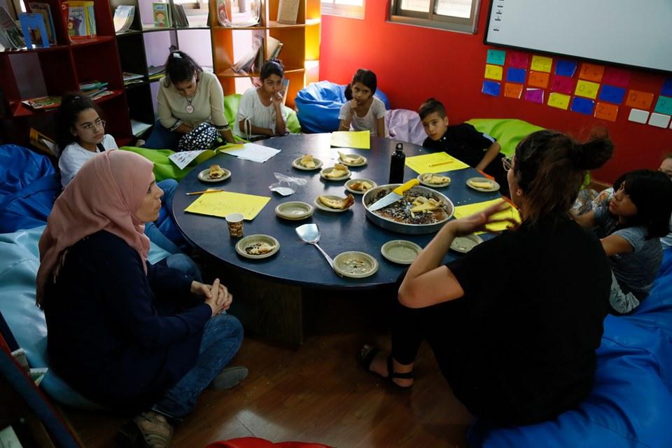 الرواد تنفذ تدريبات لطهي الماكولات والحلويات للأطفال