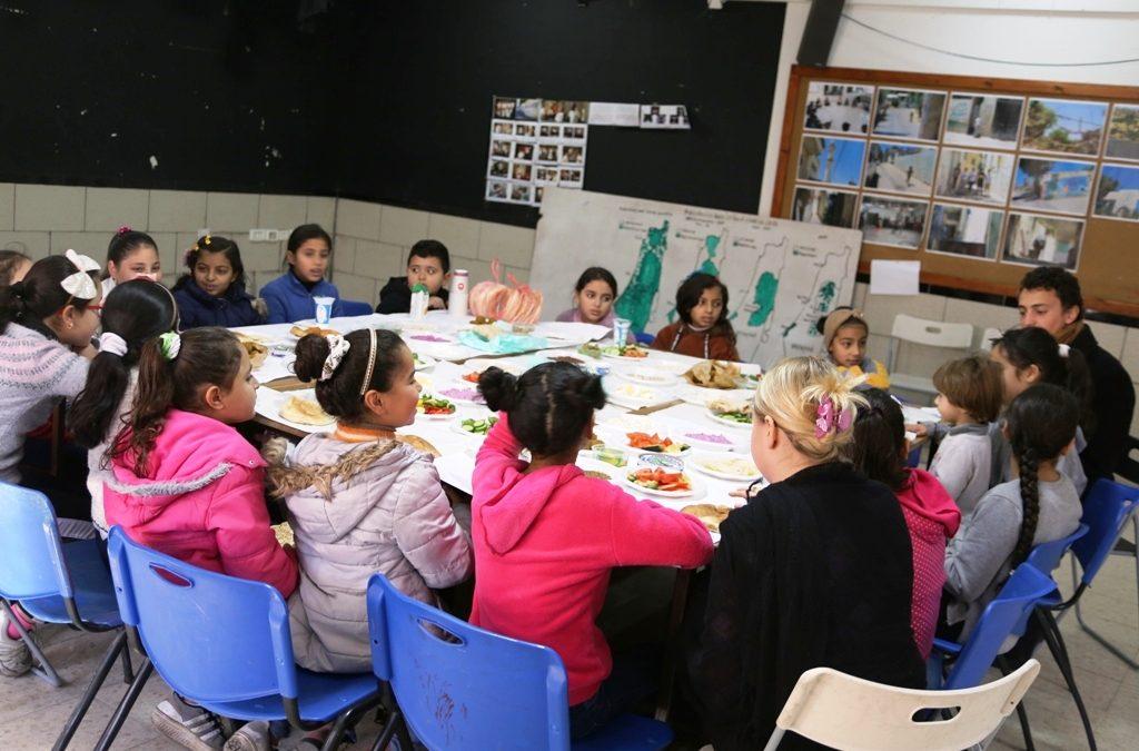 الرواد تنظم إفطار جماعي للأطفال