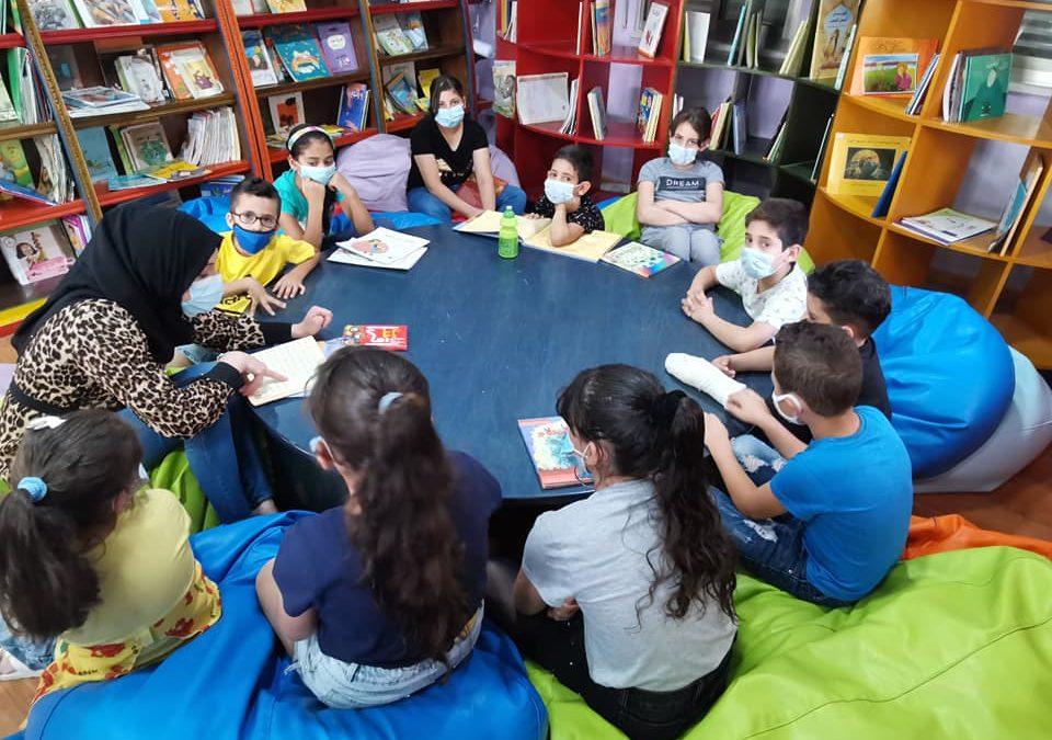 أطفال الرواد يستمعون لحكاية الحبل الطويل ضمن اللقاءات المكتبية الأسبوعية