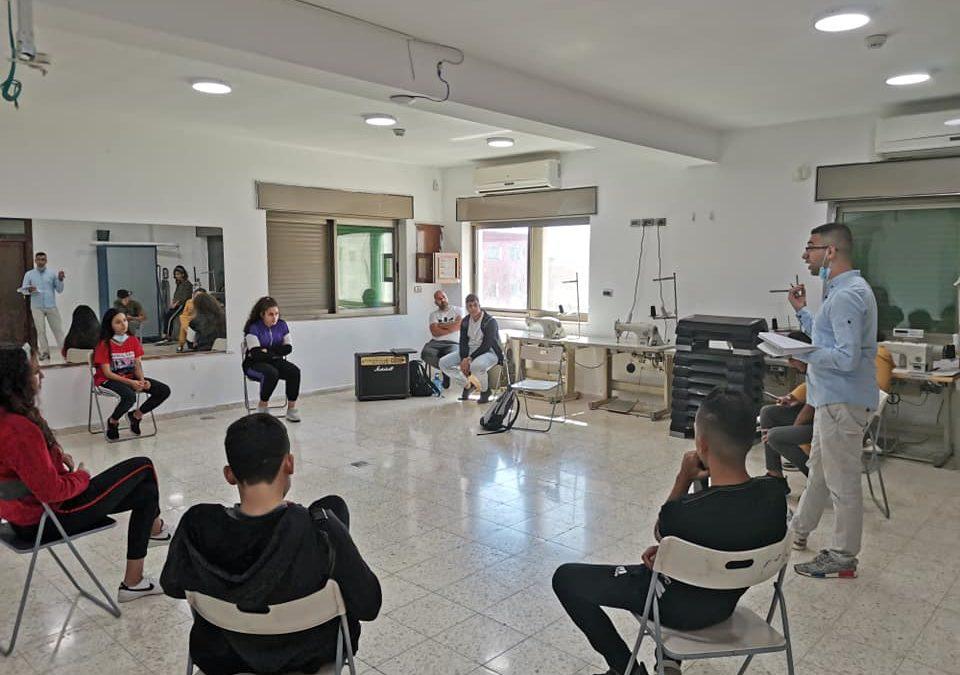الرواد تطلق دورة محادثة للغة الإنجليزية لاعضاء الفرق الفنية