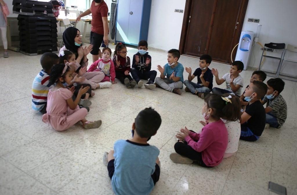 الرواد تنفذ نشاط ترفيهي للأطفال الصغار