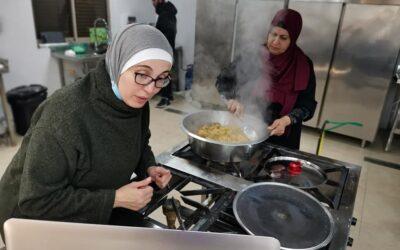 برنامج تعليم طهي المأكولات في الرواد يقدم طرق عمل المفتول الفلسطيني .