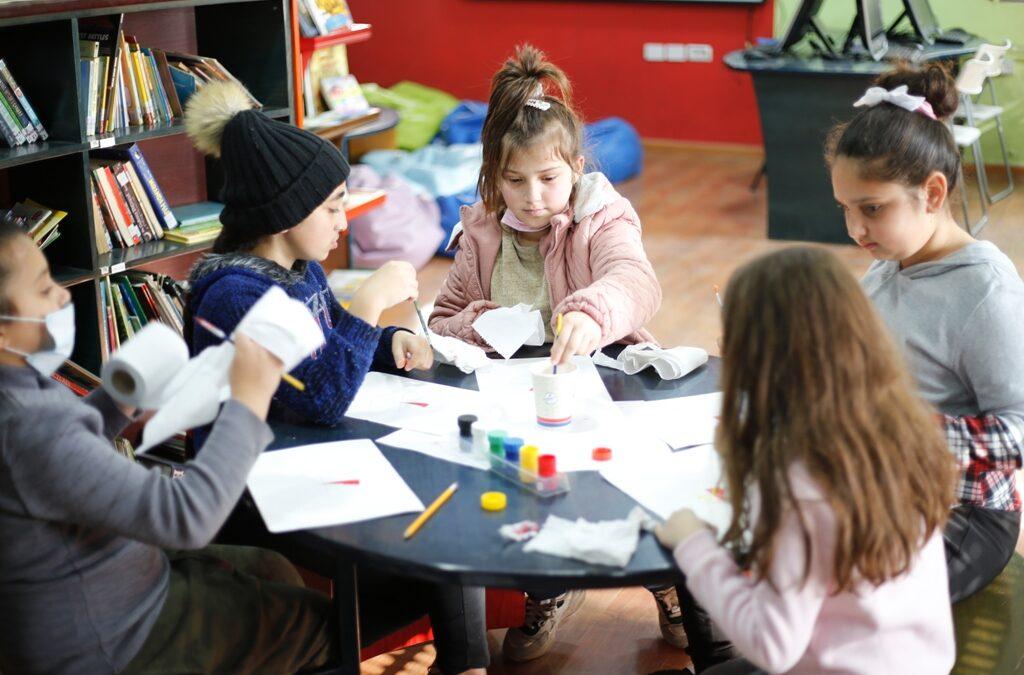 الرواد تطلق ورشات تدريب الرسم بالألوان للأطفال والشباب