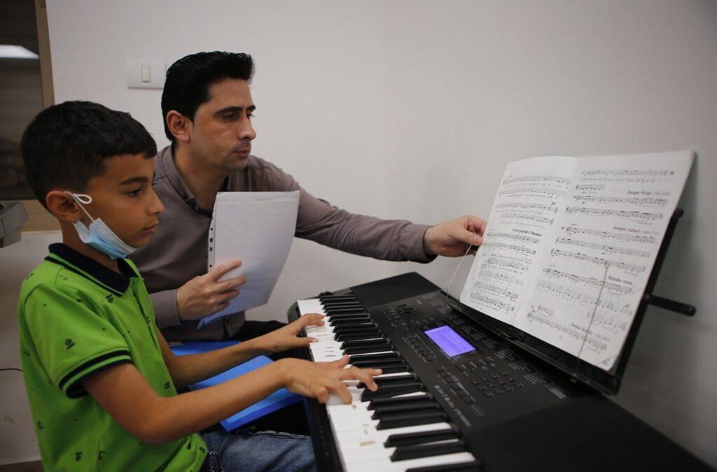 الرواد تطلق ورش الفنون لتعليم الموسيقى للأطفال