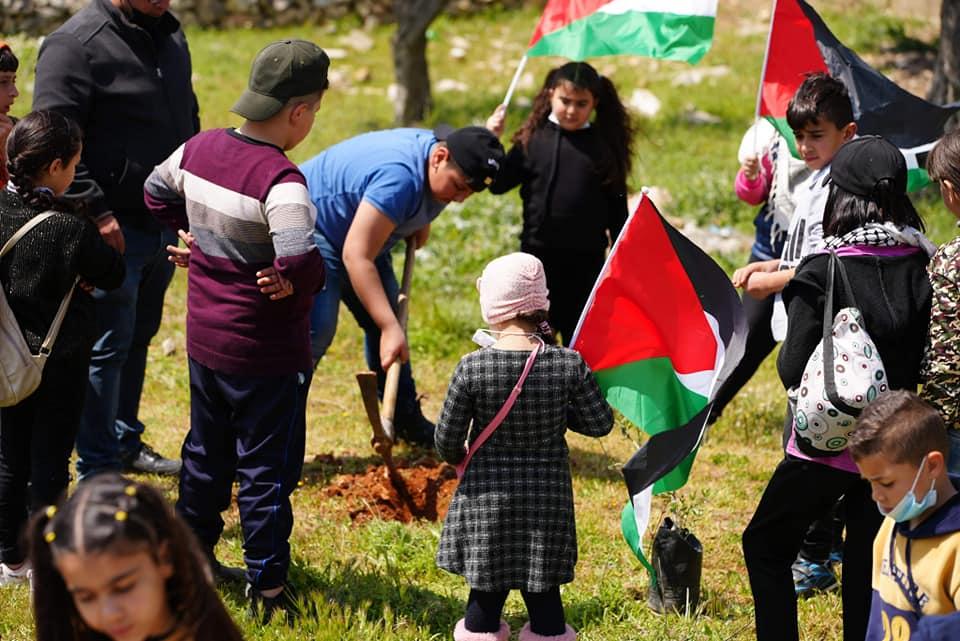 Les enfants de l'Association Alrowwad commémorent le  Jour de la Terre au camp d'Aida