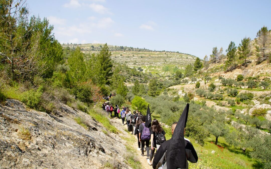 Alrowwad participe à une marche de jeunes à l'occasion du Jour de la Terre dans les zones menacées de confiscation